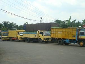 antrian truk di depan SPBU
